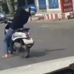Pria tidur sambil mengendarai motor. (Youtube.com)