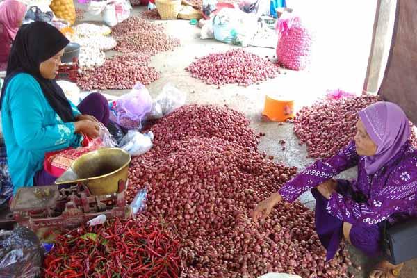 Ngatirah, pedagang Pasar Gawok, Wates, Kulonprogo melayani konsumen yang membeli bawang merah, Senin (11/4/2016). Dia mengungkapkan, harga bawang merah saat ini mencapai Rp40.000 per kilogram. (Rima Sekaranai I.N/JIBI/Harian Jogja)
