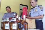 Petugas Polsek Pengasih menunjukkan puluhan botol miras yang diamankan dari warga Dusun Timpang, Desa Sendangsari, Kecamatan Pengasih, Kulonprogo, Jumat (1/4/2016).(Rima Sekarani I.N./JIBI/Harian Jogja)