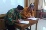 Bupati Kulonprogo Hasto Wardoyo [kiri] dan Ketua Komisi Pemilihan Umum (KPU) Kabupaten Kulonprogo, Isnaini bersama-sama menandatangani naskah perjanjian hibah daerah (NPHD) sebagai syarat pencairan anggaran dana pemilihan kepala daerah (pilkada) serentak 2017, Jumat (29/4/2016). (Rima Sekarani I.N./JIBI/Harian Jogja)