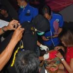 Anggota tim gabungan memeriksa tas dan bawaan pengunjung karaoke dan kafe di Kecamatan Grogol, Kabupaten Sukoharjo, Sabtu (2/4/2016) malam. (Trianto HS/JIBI/Solopos)