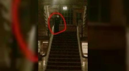 Sosok misterius di tangga hotel (imfromdenver.com)