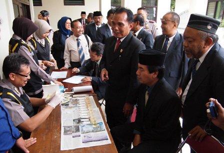 Legislator DPRD Karanganyar (kanan) antre tes urine secara mendadak oleh tim Dokkes Polres Karanganyar, Rabu (13/4/2016). (Kurniawan/JIBI/Solopos)