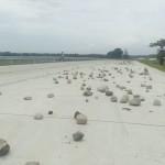 Pengendara sepeda motor melintas di jalan tol Solo-Kertosono (Soker) yang telah disebari batu oleh warga di Desa Sindon, Ngemplak, Boyolali, Minggu (25/4/2016). (Muhammad Ismail/JIBI/Solopos)