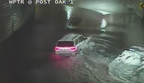Mobil ini tenggelam usai berusaha menerjang banjir. (Istimewa)