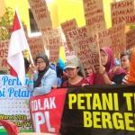 Demo ratusan warga yang tergabung dalam Wahana Tri Tunggal di PTUN Jogja, Senin (18/4/2016). (Ujang Hasanudin/JIBI/Harian Jogja)