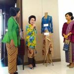 Ibu-ibu yang tergabung dalam Perhimpunan Perempuan Berbusana Bersanggul Nusantara 'Kemala', di lantai III Gedung ION's Jogja, Sabtu (16/4).(Uli Febriarni/JIBI/Harian Jogja)