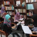 Pengunjung menikmati kopi dan membaca buku di Cafe Library, Banjarsari, Solo, Selasa (19/4/2016). (Ahmad Fauzan/JIBI/Solopos)
