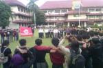Puluhan mahasiswa UGM menggelar demonstrasi memprotes Densus 88 di Halaman Mapolda DIY, Rabu (13//2016) sore. (Sunartono/JIBI/Harian Jogja)