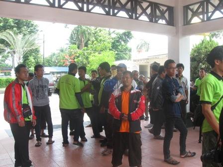 Tenaga kerja dari PT Nusa Media Web, Sukoharjo berkumpul di lobi Gedung DPRD Sukoharjo saat mendatangi gedung wakil rakyat, Senin (11/4/2016). (Trianto Hery Suryono/JIBI/Solopos)