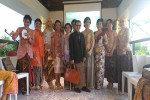 Desainer Jogja Isyanto berfoto bersama para perempuan Lions Club Yogyakarta Manggala Mataram yang mengenakan kebaya karyanya, Kamis (21/4/2016). (Bernadheta Dian Saraswati/JIBI/Harian Jogja)