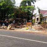 Sejumlah pekerja mulai membangun gapura dan pagar di sisi barat gedung DPRD di Jalan Brigjen Katamso, Wonosari, Rabu (27/4/2016). (David Kurniawan/JIBI/Harian Jogja)