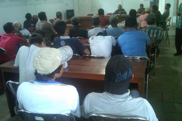 Puluhan warga Kasuran melakukan dialog dengan Kepala Desa Margomulyo, Seyegan di Balai Desa setempat, Kamis (14/4/2016). (Sunartono/JIBI/Harian Jogja)