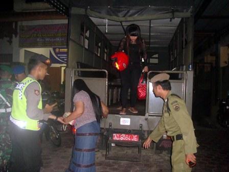 Ida Royani, 21, LC asal Masaran, menuruni tangga besi truk setibanya di halaman Kantor Satpol PP Sragen, Sabtu (23/4/2016) malam. Tim gabungan operasi pekat merazia tiga hotel pada malam itu. (Tri Rahayu/JIBI/Solopos)