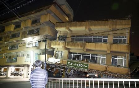Sebuah bangunan rusak akibat gempa di Jepang. Foto dilansir Jumat (15/4/2016) (JIBI/Reuters)