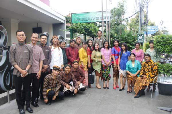 Jajaran manajemen Hotel Grand Zuri Malioboro Jogja mengenakan pakaian tradisional dalam rangka Hari Kartini, Kamis (21/4/2016). (Kusnul Isti Qomah/*/JIBI/Harian Jogja)
