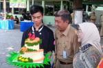 Walikota Jogja Haryadi Suyuti dan isteri menerima kado ulang tahun pernikahan ke-24 di halaman Balai Kota, Senin (11/4/2016). (Ujang Hasanudin/JIBI/Harian Jogja)