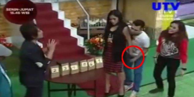 Jessica remas kemaluan Raffi Ahmad. (Istimewa/Youtube)