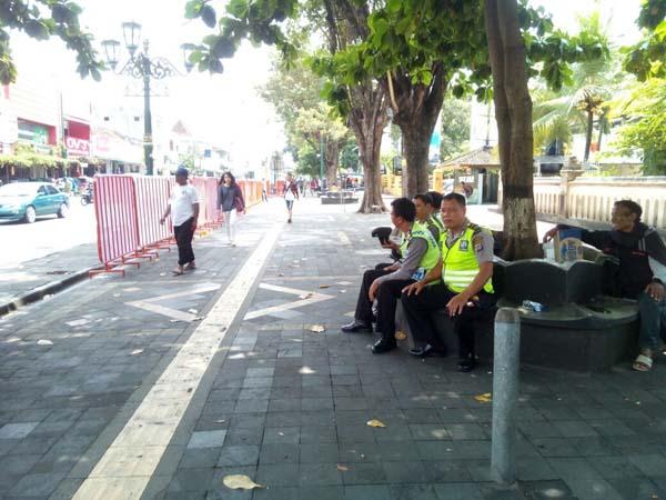 Jalan Malioboro kini lengang dari parkir sepeda motor, setelah relokasi parkir ke Jalan Abu Bakar Ali mulai diberlakukan, Senin (4/4/2016). (Gilang Jiwana/JIBI/Harian Jogja)