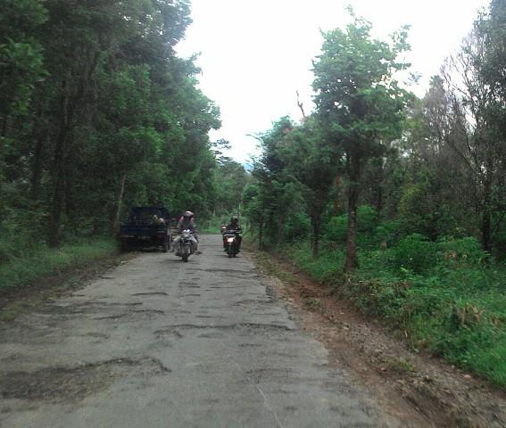 Warga melintas di jalur Semagar-Bubakan, Girimarto, belum lama ini. Jalur tersebut merupakan jalur utama menuju Bubakan dan Karanganyar. Tapi saat ini jalur tersebut dalam kondisi rusak. (Bayu Jatmiko Adi/JIBI/Solopos)