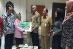 Bupati Sleman Sri Purnomo menyerahkan santunan jaminan kematian kepada ahliwaris peserta BPJS Ketenagakerjaan, kemarin. (Abdul Hamid Razak/JIBI/Harian Jogja)