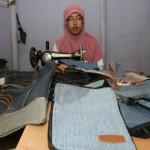 Fajar Nurul Hidayah, 23, membuat tas dari bahan jeans bekas di rumahnya di Sekarpace, Jebres, Solo, Sabtu (23/4/2016).(Sunaryo Haryo Bayu/JIBI/Solopos)