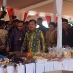 Wakil presiden RI, Jusuf Kalla beserta rombongan mengunjungi sejumlah stan yang ada di lokasi pelaksanaan peringatan Hari Otonomi Daerah XX di Alun-Alun Wates pada Senin (25/4/2016). (Sekar Langit Nariswari/JIBI/Harian Jogja)