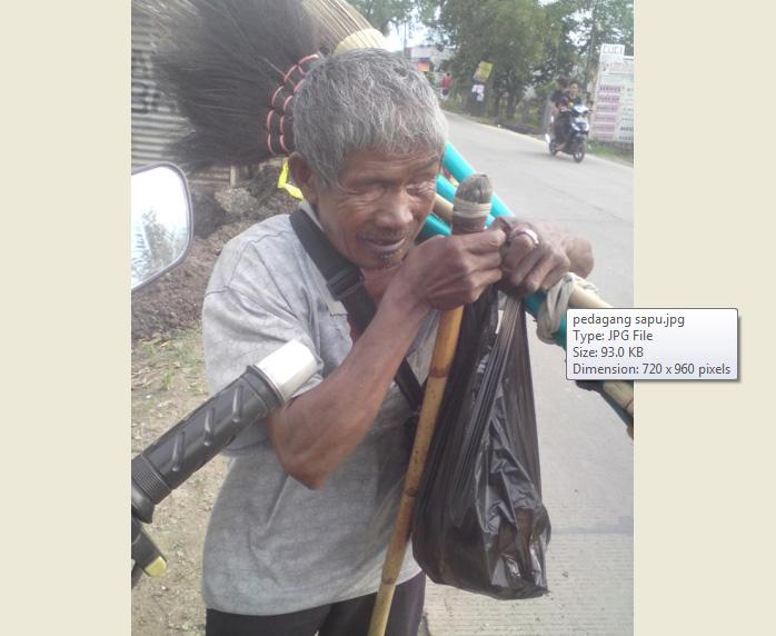 Kakek-kakek penjual sapu di Madiun yang berniat berkurban. (Facebook-Fathur Rachman)