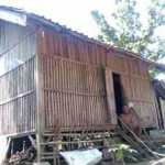 Mbah Sarjo, 80, duduk di anak tangga di depan pintu bekas kandang kambing komunal yang kini menjadi tempat tinggalnya di Dusun Sukorejo, Desa Pelemgadung, Kecamatan Karangmalang, Sragen, Jumat (8/4/2016). (Moh. Khodiq Duhri/JIBI/Solopos)