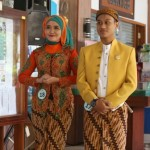 Karyawan mengikuti lomba fashion show peringatan ke-137 Hari Kartini di Rumah Sakit Jiwa Daerah (RSJD) Solo, Kamis (21/4/2016). Lomba fashion show dengan menggunakan baju adat tersebut diikuti 43 peserta. (Ivanovich Aldino/JIBI/Solopos)