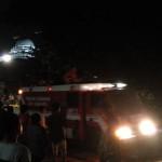 Petugas memadamkan api di toko elektronik Jupiter Jl Duwet Raya Karangaasem Solo Minggu (24/4/2016). (Septina A/JIBI/Solopos.com)