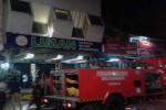 Petugas damkar memadamkan api di Toko Liman, Malioboro, Jogja. (JIBI/Harian Jogja/Ist)