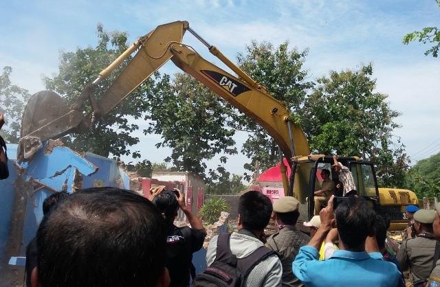 Pembongkaran bangunan di bekas lokalisasi Kedung Banteng, Ponorogo, Selasa (12/4/2016). (Abdul Jalil/JIBI/Madiunpos.com)