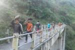 Warga dan relawan bergotong royong mengangkat batu untuk membenahi longsoran yang merusak jaringan pipa air bersih di Kawasan Sabo Dam Kalikuning, Plunyon, Umbulharjo, Cangkringan, Sleman, Jumat (1/4/2016). (Foto istimewa)