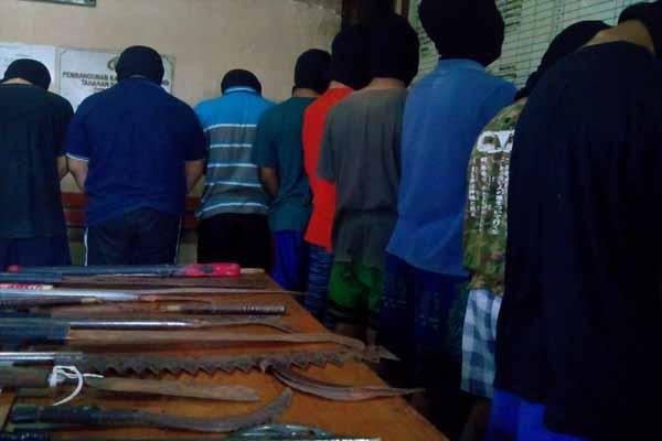 Sembilan pelajar ditangkap Polres Sleman berikut barang bukti senjata tajam saat akan melakukam tawuran, Senin (11/4/2016). (Sunartono/JIBI/Harian Jogja)