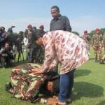 Dwi Adi bersimpuh di kaki ibundanya seusai mencetak rekor Muri, di Lapangan Makopassus Grup 2 Kandang Menjangan, Kartasura, Senin (4/4/2016). (Iskandar/JIBI/Solopos)