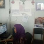 Petugas layanan informasi kesehatan 119 Dinas Kesehatan (Dinkes) Boyolali sedang memperbaruhi data ruang rawat inap di rumah sakit melalui komputer, Kamis (7/4/2016). (Muhammad Ismail/JIBI/Solopos)