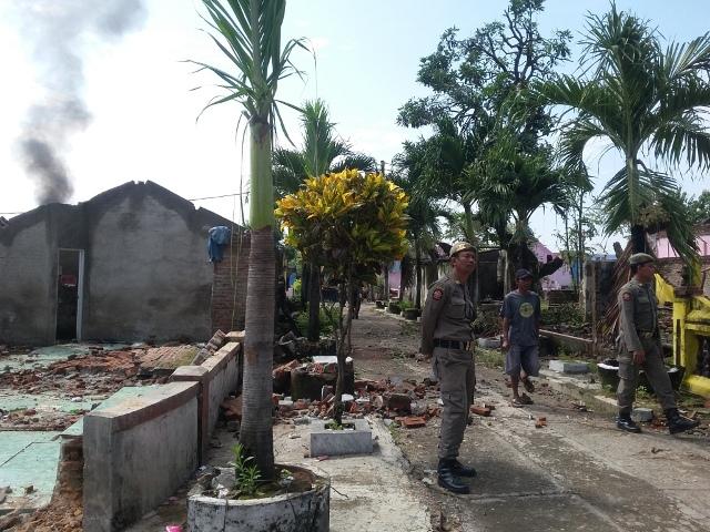 Pembongkaran bangunan di bekas lokalisasi Kedung Banteng, Selasa (12/4/2016). (Abdul Jalil/JIBI/Madiunpos.com)