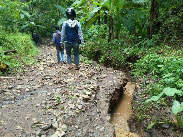 Kondisi tanah merekah akibat pergerakan tanah di Desa Talun, Kecamatan Ngebel, Ponorogo. (Abdul Jalil/JIBI/Madiunpos.com)