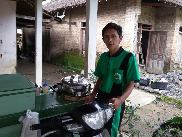 Mashuri, 31, guru wiyata bakti di SDN 1 Talun, Ngebel, Ponorogo, yang bekerja sampingan sebagai penjual cilok. (Abdul Jalil/JIBI/Madiunpos.com)