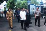 Menteri PAN-RB Yuddy Chrisnandi (pakai baju putih) ditemani Bupati Gunungkidul Badingah saat memasuki area komplek Pemkab Gunungkidul. Selasa (19/4/2016). (David Kurniawan)