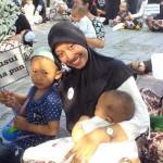 Cahyani Sri Afitri bersama puluhan ibu yang tergabung dalam Asosiasi Ibu Menyusui Indonesia (AIMI) DIY melakukan aksi menyusui menyusui bayi serentak di halaman Museum Benteng Vredeburg, Minggu (24/4/2016). (Ujang Hasanudin/JIBI/Harian Jogja)