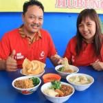 Pemilik Warung Mie 2 Naga, Rony Christian HM (kiri), bersama istrinya menunjukkan aneka menu yang ditawarkan di warung makan setempat, Kamis (7/4/2016). (Shoqib Angriawan/JIBI/Solopos)