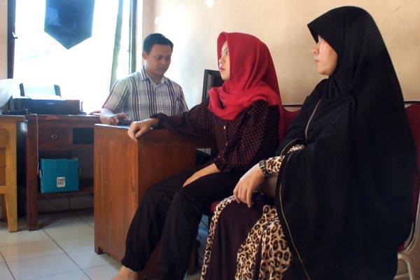 Nelly (dua kanan) didampingi ibunya saat memberikan keterangan kepada penyidik Sat Reskrim Polsek Umbulharjo, Rabu (27/4/2016). (Gilang Jiwana/JIBI/Harian Jogja)