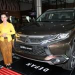 Sales promotion girl (SPG) Sun Motor di Jl Ir Sutami, Jebres, Solo menegnakan kebaya saat menawarkan All New Parero Sport, Sabtu (23/4/2016).(Sunaryo Haryo/JIBI/Solopos)