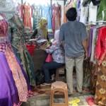 Pengunjung memilih sebelum membeli pakaian adat yang dijual di Pasar Klewer darurat Alun-alun utara Solo, Selasa (19/4/2016).(Sunaryo Haryo Bayu/JIBI/Solopos)
