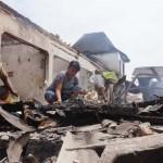 Sejumlah warga mengais puing-puing kebakaran Pasar Bendungan Wates Kulonprogo, Kamis (21/4/2016). (Sekar Langit Nariswari/JIBI/Harian Jogja)