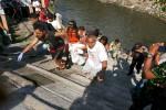 g@harianjogja.com) Warga dan Polsek Ngampilan mengevakuasi jenazah Sulastri (JIBI/Harian Jogja/Ist)