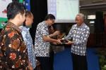 Bupati Sleman Sri Purnomo (kanan) menyerahkan cindera mata pada Ketua Smart Indonesia Intiative Prof. Suhono Harso Supangkat dalam pembukaan workshop di Gedung Graha Sarina Vidi Sleman, Jumat (29/4/2016).(Abdul Hamied Razak/JIBI/Harian Jogja)