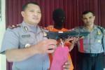 Kapolsek Bulaksumur Kompol Aji Hartato (kiri) menunjukkan senjata airgun yang digunakan tersangka Rizki (tengah) untuk merampok seorang pelaku jual beli online, Rabu (6/4/2016). (Sunartono/JIBI/Harian Jogja)